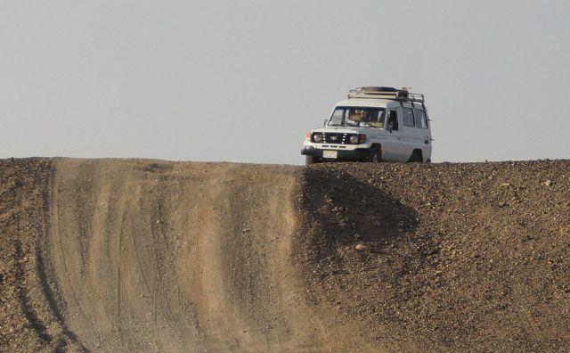 砂漠を走るランドクルーザー